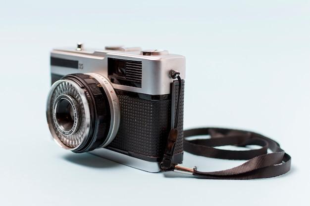 白い背景で隔離のレンズを持つビンテージカメラ