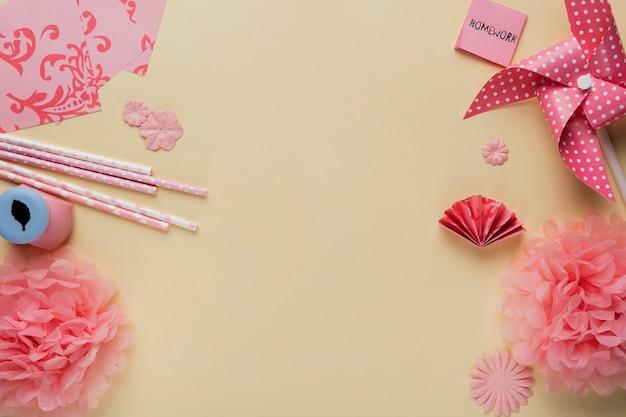 ベージュ色の背景上のアートクラフト製品と折り紙