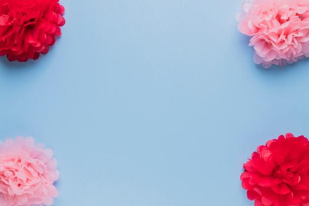 装飾のための美しい赤とピンクの偽の花の配置