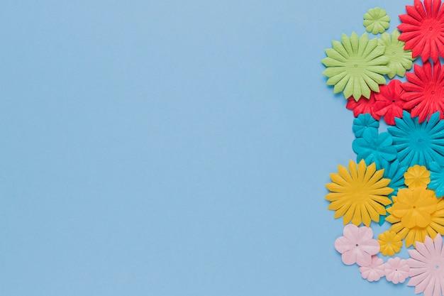青色の背景に美しいカラフルな花の切り欠き