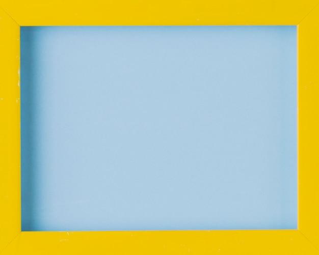 木製の黄色い枠の空白のフォトフレームのクローズアップ