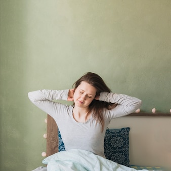 彼女のベッドでリラックスした女性
