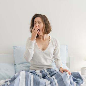 Женщина отдыхает в своей постели