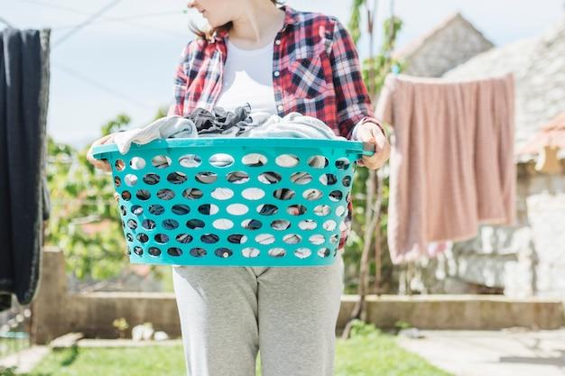 庭で乾くために服をぶら下げの概念
