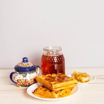 おいしいワッフルと蜂蜜のクローズアップ