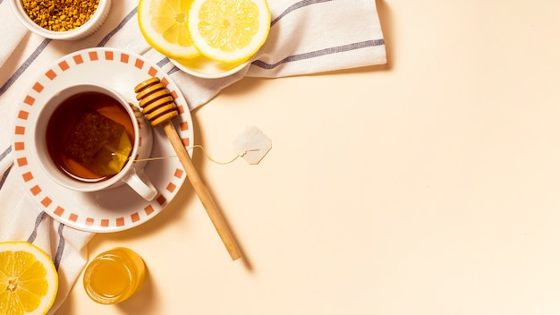 蜂蜜とレモンのスライスと健康的な朝食