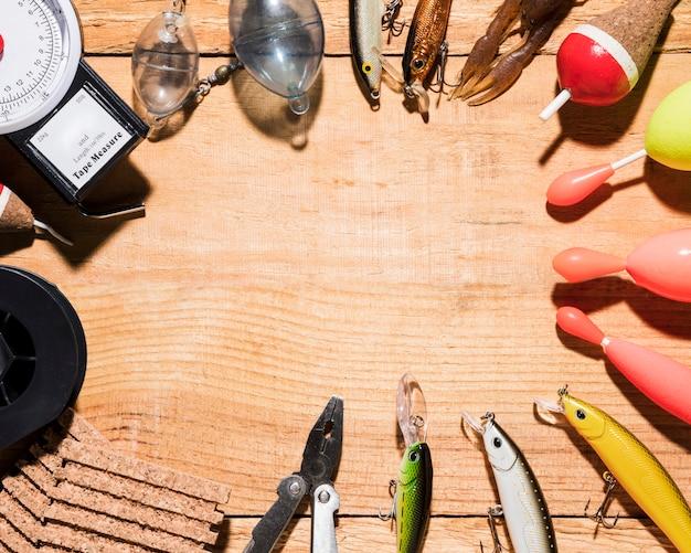 テキストを書くためのスペースを持つ木製の背景に様々な釣り道具