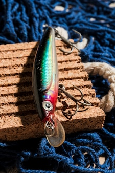 漁網上のコルクボードにカラフルな釣り餌