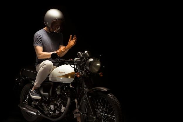 Человек на мотоцикле в стиле гонщик кафе