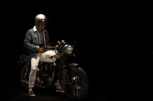 カフェレーサースタイルのバイクの男