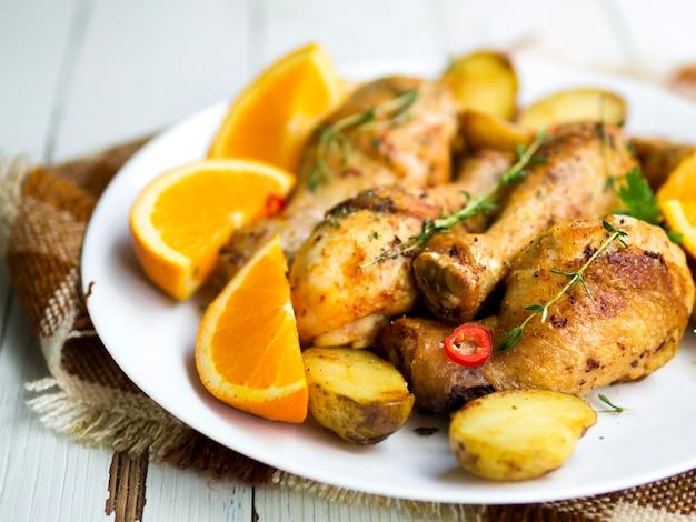 ハーブと鶏の脚を調理