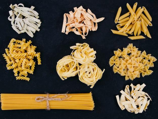 Плоская композиция из разных видов макарон