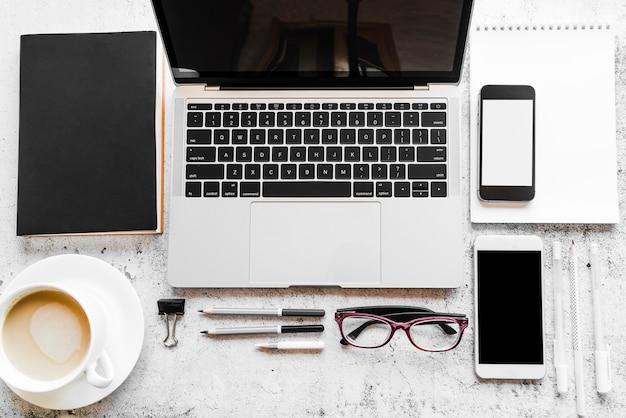 オフィスの要素を持つ灰色のラップトップ