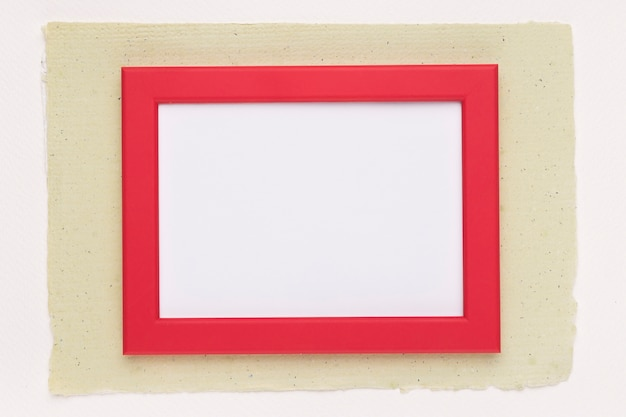 白い背景の上の紙の上の赤い枠