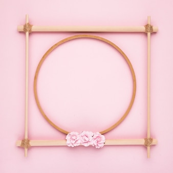 ピンクの背景のシンプルな創造的な木製空フレーム