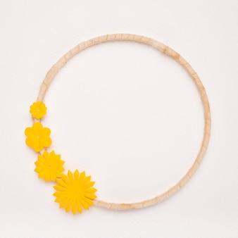 白い背景の円形フレームの枠に黄色の花
