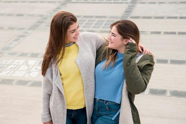 広場で二人の女の子の肖像画