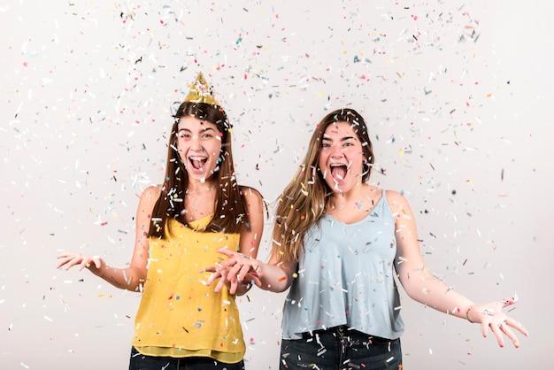 Концепция праздника с двумя восхищенными девушками