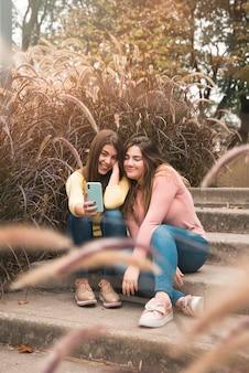 楽しんで都市環境における二人の少女の肖像画