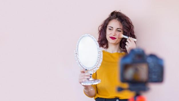 Брюнетка блоггер делает ее макияж