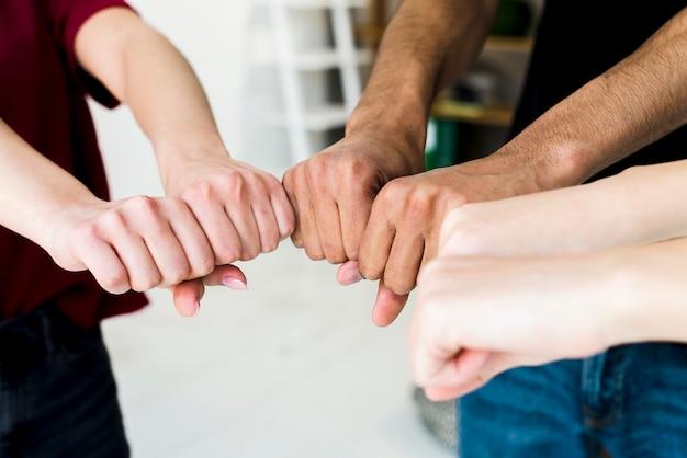拳バンプを作る人々の手のクローズアップ