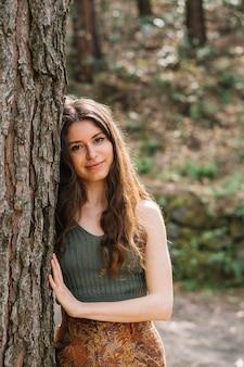 手で木に触れる女性
