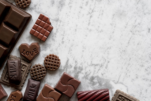 Повышенный вид восхитительных шоколадных батончиков на белом текстурированном фоне