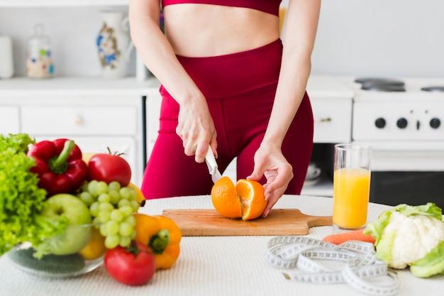 台所でスポーティな女性とダイエットの概念