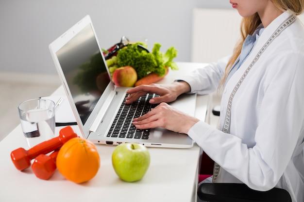 Концепция диеты с женщиной-ученым и здоровой пищи