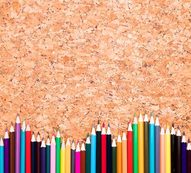 机の上のカラフルな鉛筆