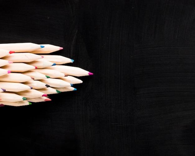 黒の背景に木製の鉛筆