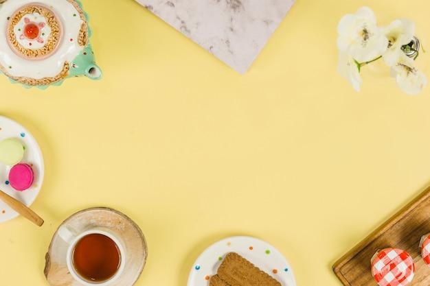 Чашка чая с элементами завтрака