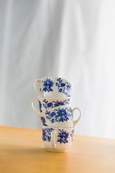 Башня из фарфоровых чайных чашек