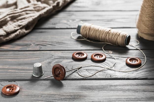 木製のテーブルの上の縫製アイテムのクローズアップ