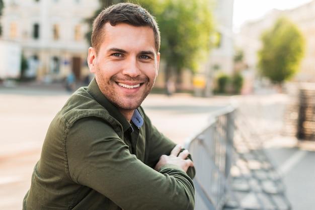屋外で無精な男を笑顔の肖像画