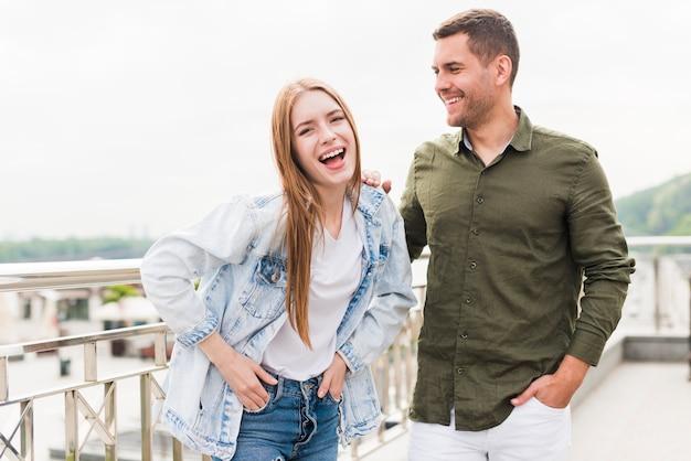 屋外で楽しんでいる若いカップルの肖像画