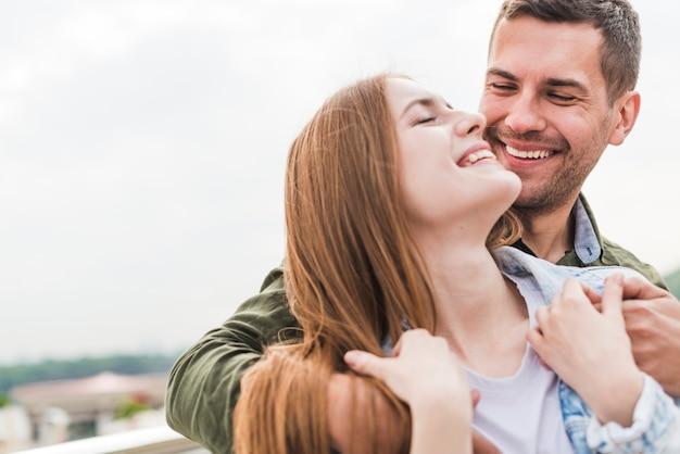 ロマンチックな若いカップルを笑顔の肖像画
