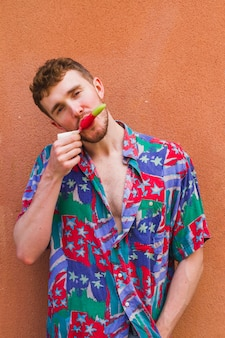 アイスクリームを食べるスタイリッシュな男の肖像