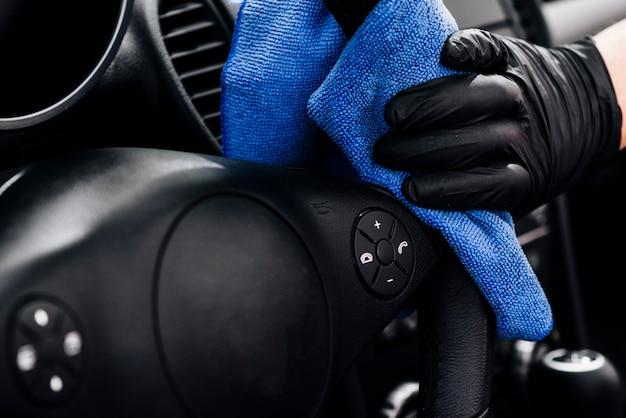 車内を掃除する人のクローズアップ