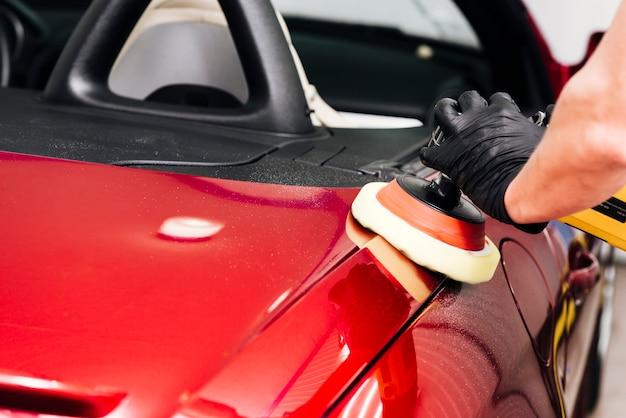 車の外装を掃除人のクローズアップ
