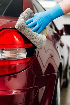 Крупным планом лица, чистки автомобиля снаружи