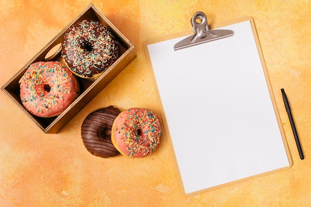 Плоская композиция пончик с буфером обмена