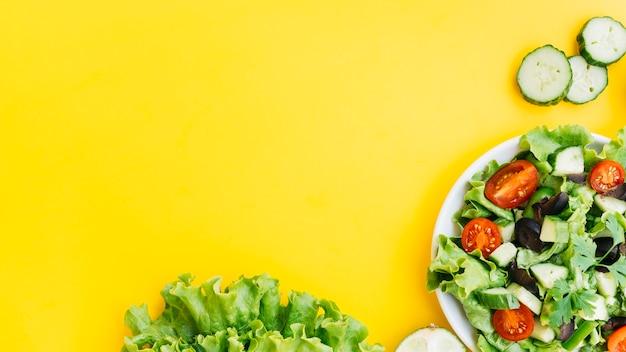 Вид сверху полезный салат и овощи