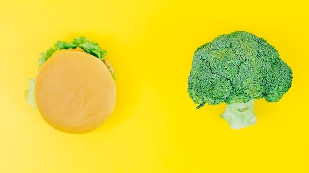 Вид сверху бургер против брокколи