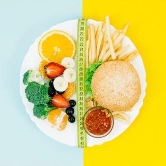 Вид сверху здоровой пищи против нездоровой пищи
