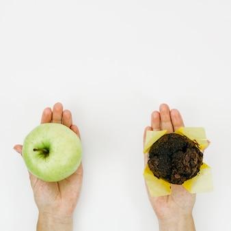 Вид сверху яблоко против маффин