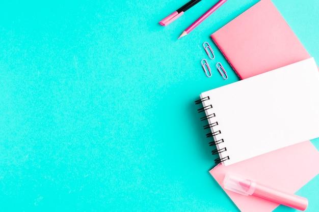 色付きの表面にピンクの文房具
