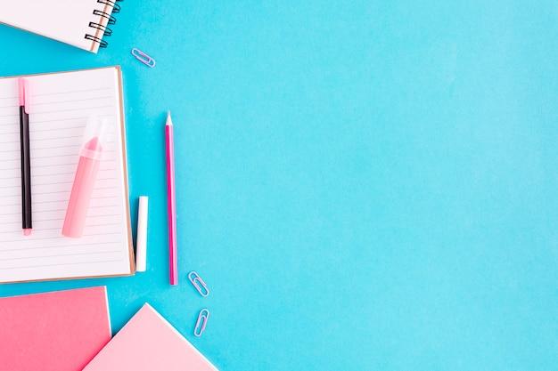 スクラッチパッドと机の上の書かれた資料