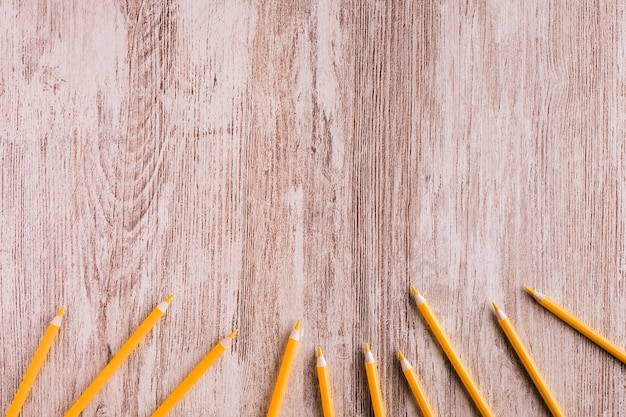 Оранжевые карандаши на столе