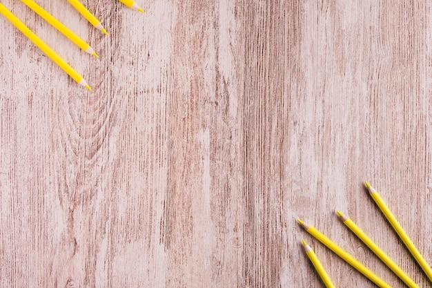 机の上の様々な黄色の鉛筆